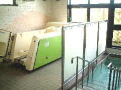 入浴サービスもきめ細やかな対応、特殊浴槽を設置しておりますので、車イスの方でも安心して利用いただけます。